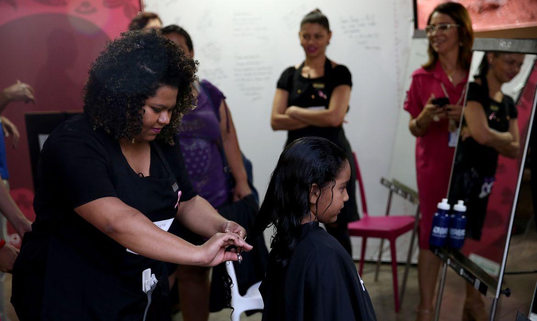 Brasília - O Metrô-DF lança a campanha solidária Corte e Compartilhe, que incentiva a doação de cabelo para confecção de perucas para pacientes com câncer de mama (Wilson Dias/Agência Brasil)