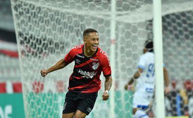 Vitinho - marca o gol da vitória e da classificação para as oitavas - Athletico-PR por 1 a 0 cotra o Avai - em 09/06/2021