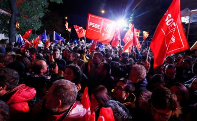 Supporters of Spain's acting Prime Minister and Socialist Party leader (PSOE) candidate Pedro Sanchez react during Spain's general election at party headquarters in Madrid, Spain, November 10, 2019. REUTERS/Sergio Perez