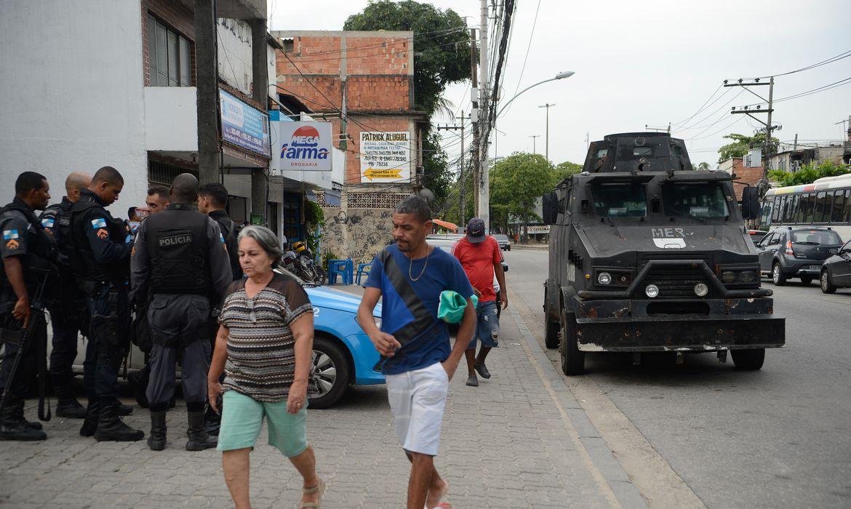 Rio de Janeiro - Tropas da PM circulam na Cidade de Deus, após operação no fim de semana, com queda de helicóptero e pelo menos 11 mortes  (Fernando Frazão/Agência Brasil)