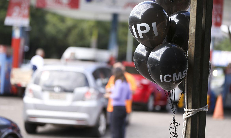 Brasília - Posto de combustíveis do DF vende gasolina com desconto de 40% no Dia de Liberdade de Impostos ( Marcelo Camargo/Agência Brasil)