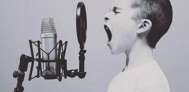 Criança e microfone
