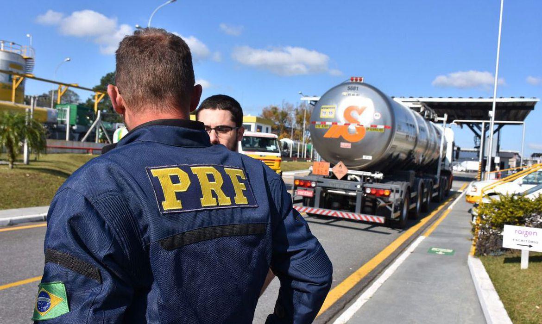 Equipes da Polícia Rodoviária Federal (PRF) escoltam uma carga de combustível para aviação desde a Refinaria da Petrobras em Araucária (PR) até o Aeroporto Internacional Afonso Pena, em São José dos Pinhais (PR).