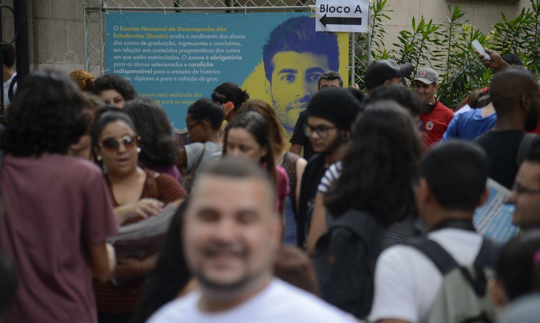 Rio de Janeiro- Candidatos chegam à Universidade Veiga de Almeida, no Maracanã, para primeiro dia de provas do Enem 2017 (Tomaz Silva/Agência Brasil)