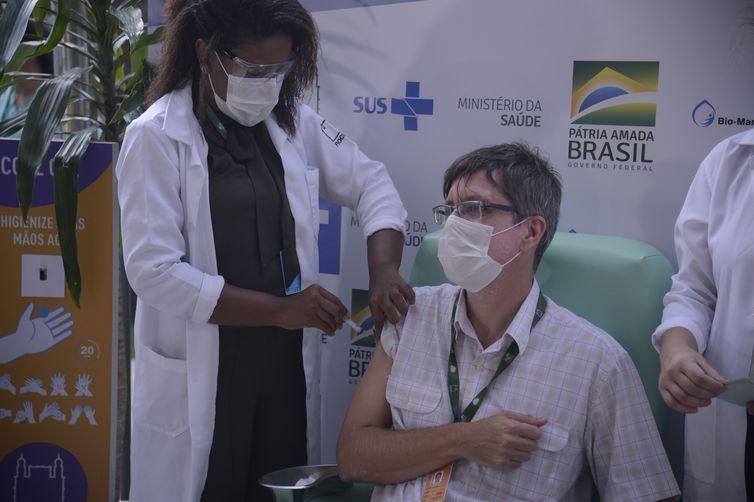 O médico infectologista do Instituto Nacional de Infectologia Evandro Chagas (INI/Fiocruz), Estevão Portela, recebe a dose da vacina de Oxford/AstraZeneca na Fiocruz.