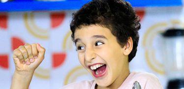 """Pedro 14 Voltas está animado para aprender novas receitas no """"Cozinhadinho"""""""