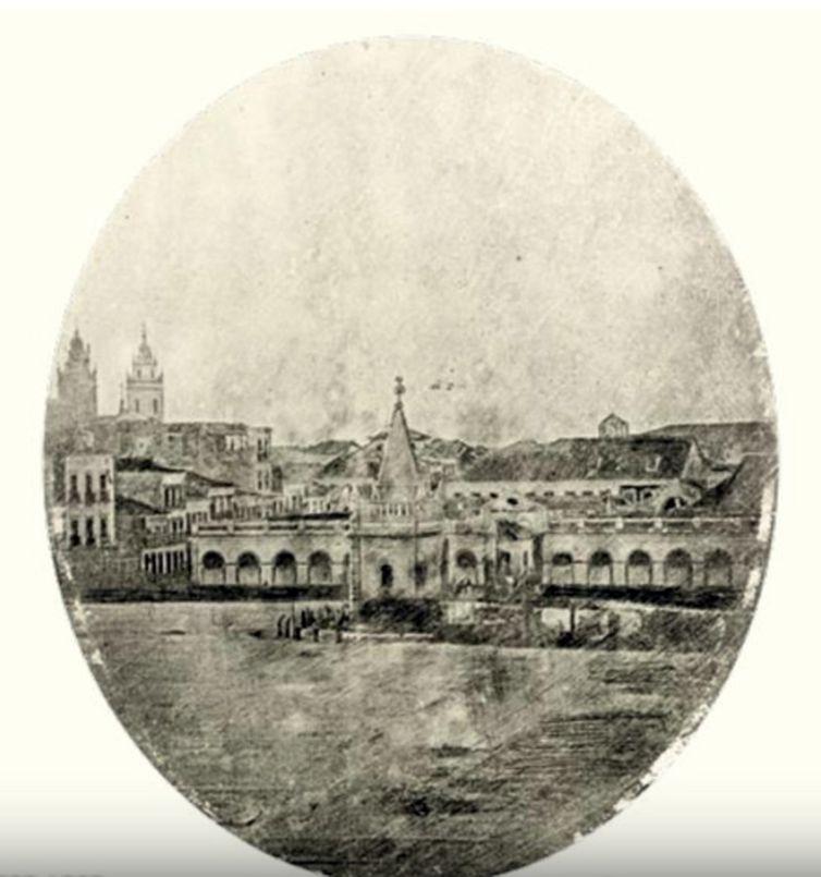 Chafariz colonial no Largo do Paço, Rio de Janeiro. Daguerreótipo atribuído a Louis Comte, de 1840, reproduzido no livro O Oriental Hydrographe e a fotografia.