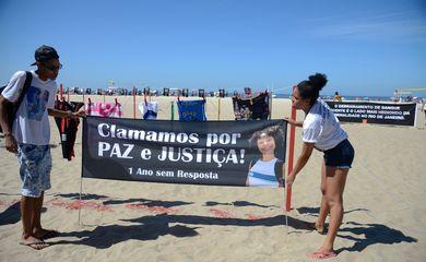 Rio de Janeiro - Protesto na Praia de Copacabana lembra morte há um ano da menina Maria Eduarda, e de outras 46 crianças vítimas da violência nos últimos 11 anos (Fernando Frazão/Agência Brasil)