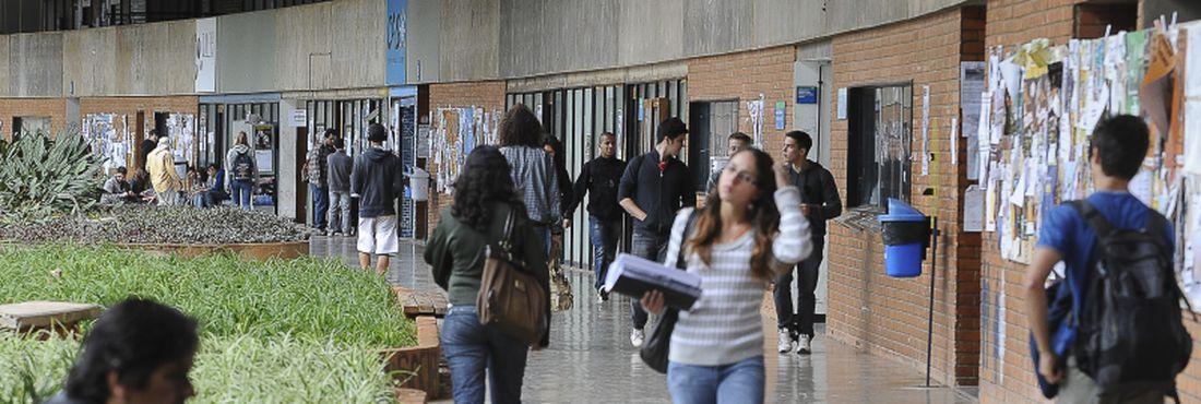 Cerca de três meses após o início do movimento de greve, a Universidade de Brasília decide retomar as atividades. Na foto, corredores da UnB no primeiro semestre de 2012