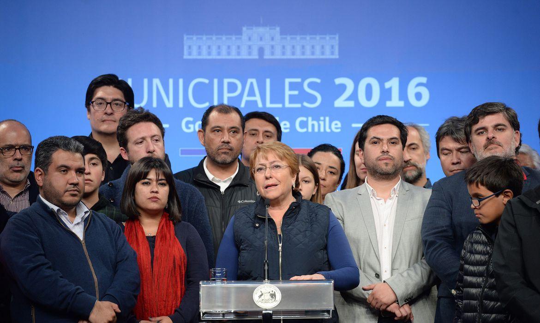 A presidente do Chile, Michelle Bachelet, discursa no Palácio da Moeda, em Santiago, após as eleições municipais de domingo