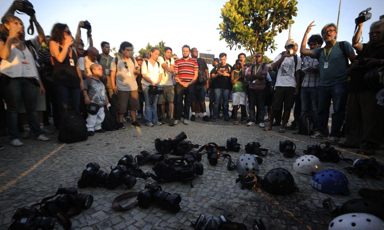 Rio de Janeiro - Repórteres fotográficos, cinematográficos e jornalistas fazem homenagem ao cinegrafista da TV Bandeirantes, Santiago Andrade, no local onde foi atingido por um rojão (Fernando Frazão/Agência Brasil)