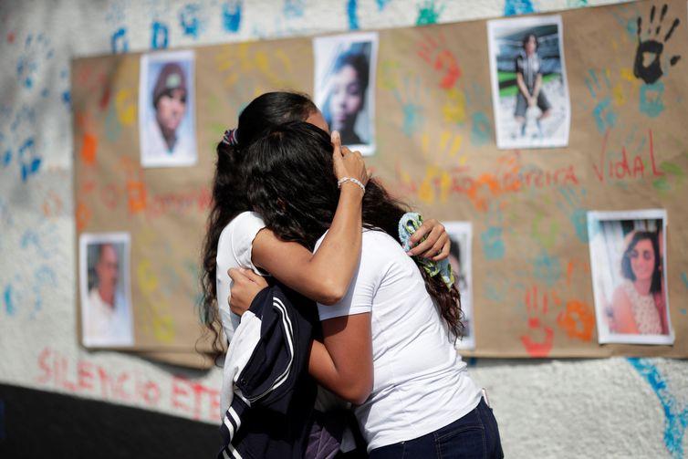 Alunos durante homenagem às vítimas do tiroteio na escola Raul Brasil em Suzano, no dia da reabertura da escola.