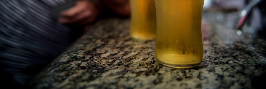 A quantidade de brasileiros que consome álcool semanalmente cresceu 20% nos últimos seis anos, aponta o 2° Levantamento Nacional de Álcool e Drogas (Lenad), divulgado hoje (10) pela Universidade Federal de São Paulo (Unifesp).