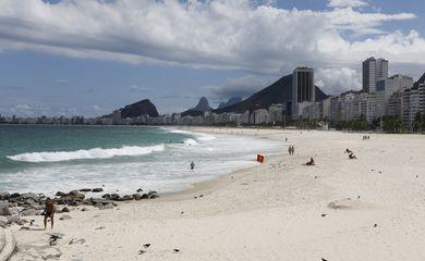 Movimento baixo nas praias da orla carioca durante o decreto emergencial para conter a pandemia da covid-19