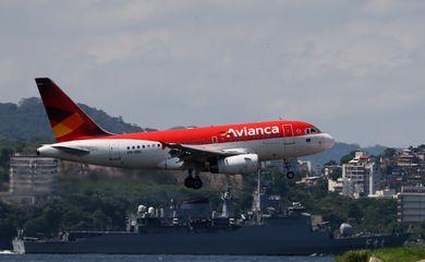 Um avião da Avianca sobrevoa a Baía de Guanabara enquanto se prepara para aterrissar no aeroporto Santos Dumont, no Rio de Janeiro