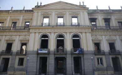 Bombeiros e Defesa Civil trabalham após incêndio no Museu Nacional, na Quinta da Boa Vista, na zona norte do Rio.