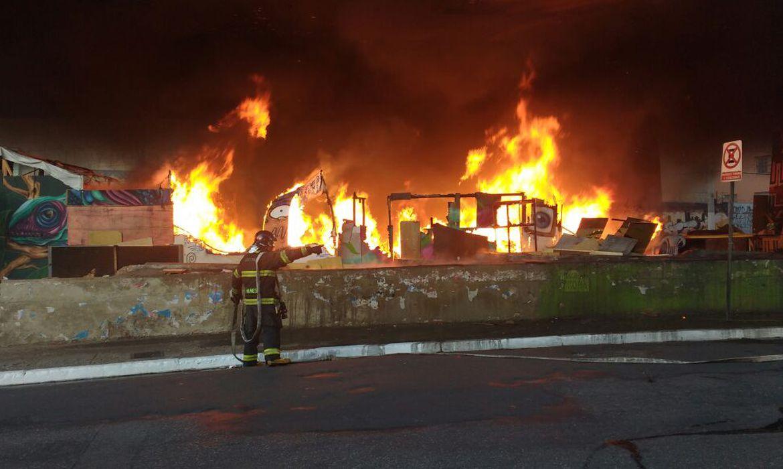 São Paulo - Bombeiros tentam apagar incêndio em barracos no Viaduto Julho Mesquita Filho (Divulgação)