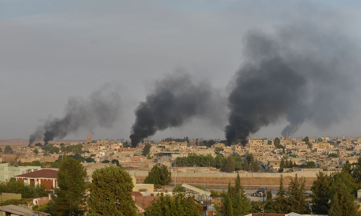 Smoke rises from the Syrian border town of Ras al-Ain as it is pictured from the Turkish town of Ceylanpinar in Sanliurfa province, Turkey, October 9, 2019.  REUTERS/Stringer NO RESALES. NO ARCHIVES TUROUT