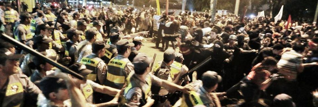 A manifestação desta terça-feira (11) acabou em confronto entre polícia e manifestantes no terminal Parque D. Pedro II em São Paulo