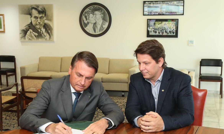 Presidente Jair Bolsonaro assina decreto que dispõe sobre a Lei do Programa Nacional de Apoio à Cultura (Pronac) ao lado do secretário de Cultura Mário Frias.