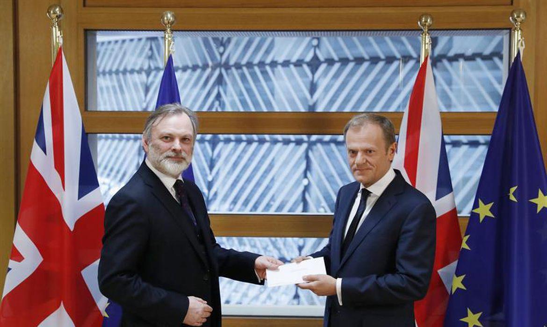 O embaixador britânico na União Europeia, Tim Barrow (esquerda), entrega a carta que invoca o artigo 50 do Tratado de Lisboa ao presidente do Conselho Europeu, Donald Tusk, em Bruxelas (Bélgica)