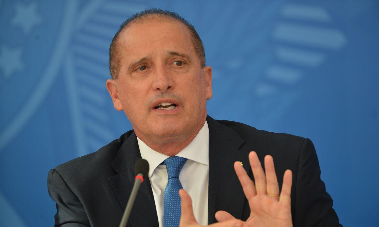 O presidente da Caixa Econômica Federal, Pedro Guimarães, e os ministros da economia, Paulo Guedes e da Cidadania, Onyx Lorenzoni falam à imprensa no Palácio do Planalto