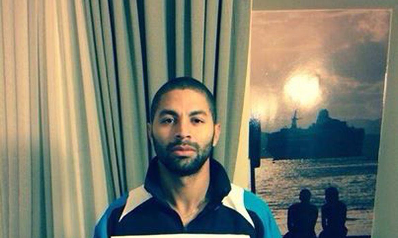 Em apoio à campanha contra violência na Costa Rica, o atacante Álvaro Saborío posta foto em sua página no Facebook