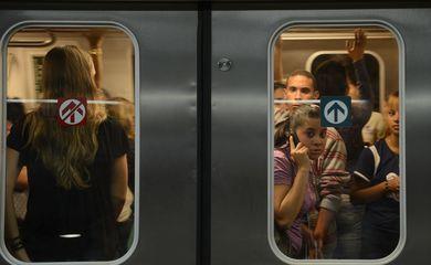 Brasília - O metrô da cidade já conta com um vagão exclusivo para mulheres. Conhecido como Vagão Rosa, a maioria das usuárias disse se sentir mais segura contra abuso sexuais (Fábio Rodrigues Pozzebom/Agência Brasil)
