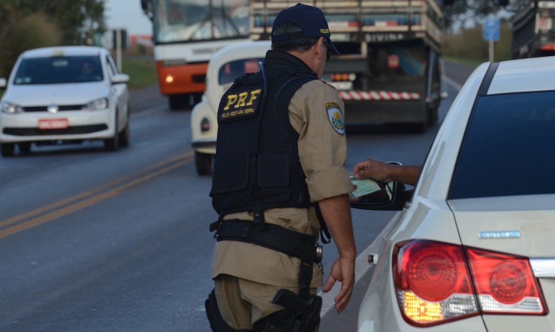 PRF intensifica fiscalização de condutas imprudentes no quilometro trinta e cinco da BR-040 (Marcello Casal Jr/Agência Brasil)