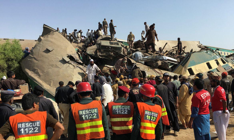 Equipes de resgate no local de colisão entre trem e vagões descarrilados no Paquistão