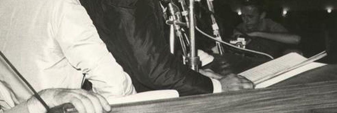 Jango defende as reformas de base na Central do Brasil no dia 13 de março de 1964