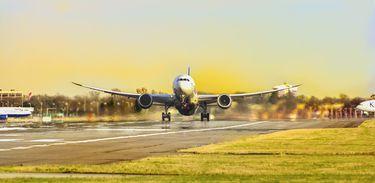 Avião pousando em aeroporto