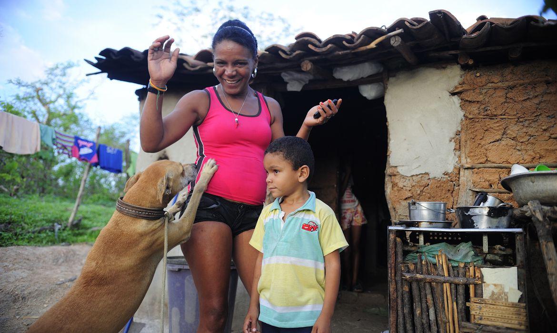Quixadá - A dona de casa Ana Cleide Ancelmo da Silva, 35, viúva, mora com sua mãe e sete filhos na comunidade Engano, no distrito de Riacho Verde (Fernando Frazão/Agência Brasil)