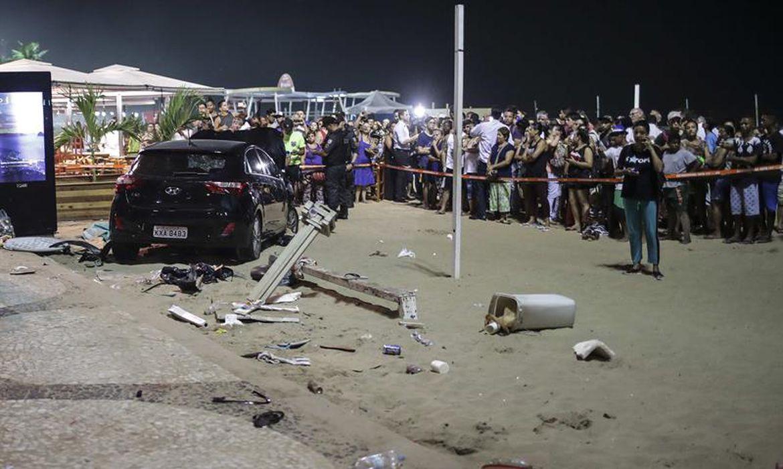 Veículo invade calçadão da praia de Copacabana, no Rio de Janeiro, e atropela pelo menos 10 pessoas. Foto: EFE/Antonio Lacerda (Direitos Reservados).