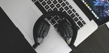 Computador e fones