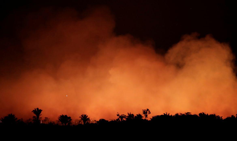 Nuvens de fumaça durante um incêndio em uma área da floresta amazônica perto de Humaitá, Estado do Amazonas, Brasil, Brasil 17 de agosto de 2019.