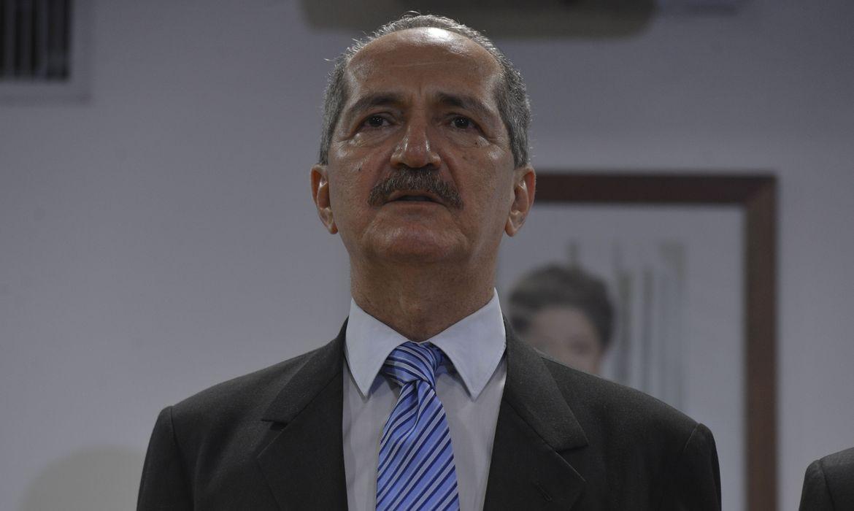 O novo ministro da da Ciência, Tecnologia e Inovação, Aldo Rebelo, recebe o cargo de seu antecessor, Clelio Campolina Diniz, em solenidade no CNPq (Valter Campanato/Agência Brasil)