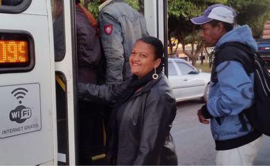A diarista Maria Sales trabalha a 34 quilômetros de sua casa. Diarista, mobilidade urbana, ônibus, transporte público