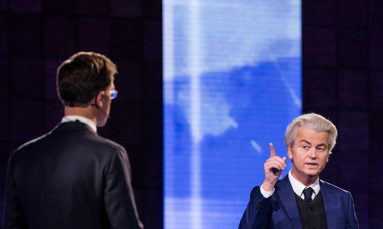 O primeiro ministro holandês Mark Rutte (Esq) do Partido Liberal e o candidato de extrema direita Geert Wilders (Dir), do Partido para a Liberdade, se enfrentam em debate na TV ontem