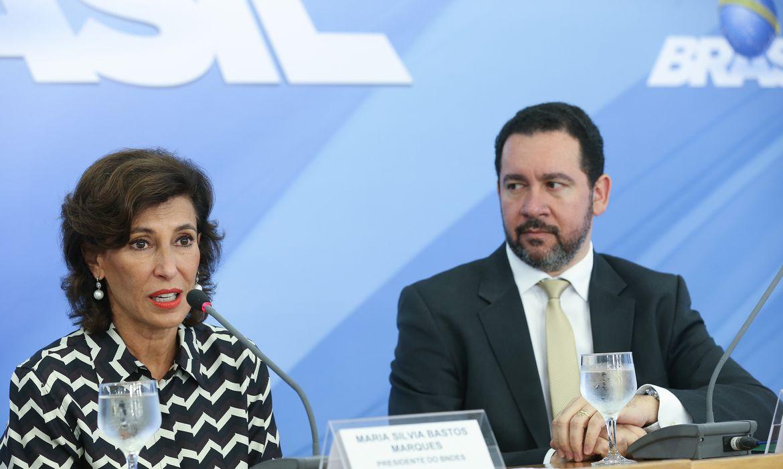 Brasília - A presidente do BNDES, Maria Silvia Bastos Marques, e o ministro interino do Planejamento, Desenvolvimento e Gestão, Dyogo Oliveira, falam à imprensa (Elza Fiuza/Agência Brasil)
