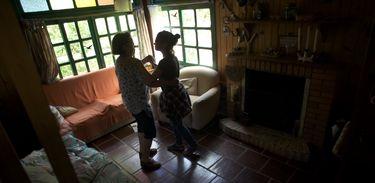 Mistérios de Entrever: Donária ensina Manu a dançar valsa
