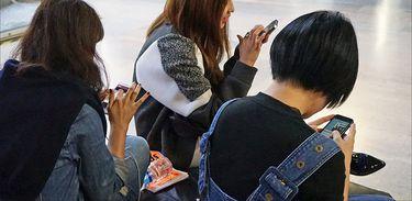 Visitantes usando seus smartphones, em uma exposição no Palácio de Tokyo (Paris)