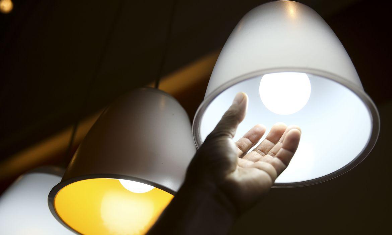 Brasília - O consumo de energia elétrica fechou os primeiros três meses do ano com queda acumulada de 4,2% em relação ao mesmo período do ano passado  (Marcelo Camargo/Agência Brasil)