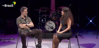 Jornalista Bia Aparecida entrevista o guitarrista Leo Amuedo