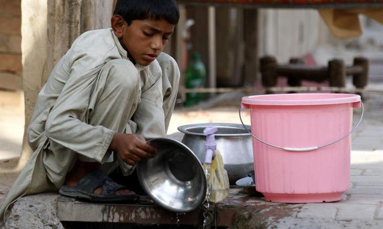 Trabalho infantil: Menino trabalha em loja de alimentação em Peshawar, no Paquistão. Dos 168 milhões de crianças que trabalham no mundo, mais da metade faz trabalhos perigosos