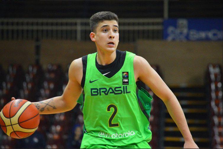 Caio Pacheco em ação pela seleção brasileira de basquete no sul-americano sub-21 de 2018