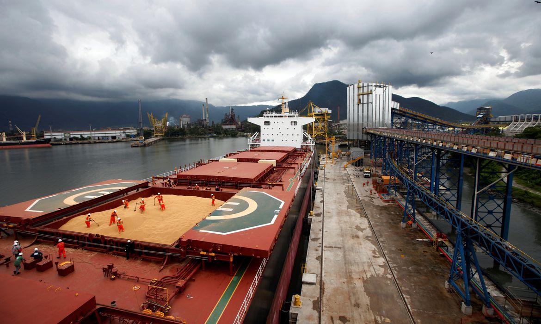 Navio carregado com soja para exportação no Porto de Santos (SP)