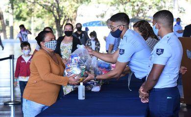 .@MinCidadania  e @DefesaGovBr  entregam kits de alimentos a família carentes. A ação beneficia cerca de 30 mil crianças e jovens em situação de vulnerabilidade atendidos pelo #PROFESP