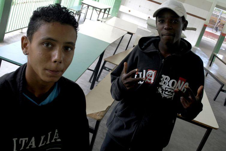 Jovens moradores do bairro Nacional em Contagem