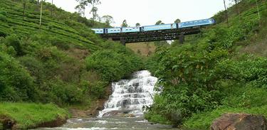 Trem percorre rota colonial no Sri Lanka